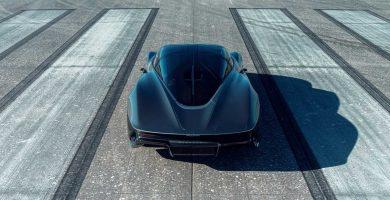 McLaren Speedtail contra un avión